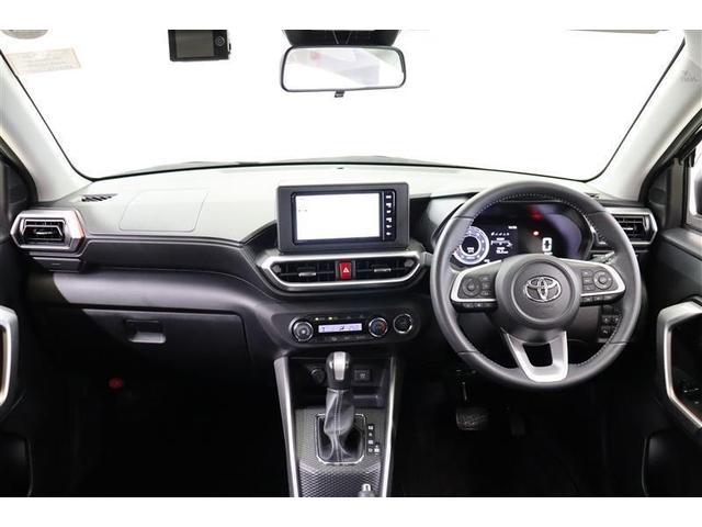 水平基調でスッキリと視界が良く、トレイや収納ポケットなどは便利な位置に配置され、使いやすく運転しやすくなっています。