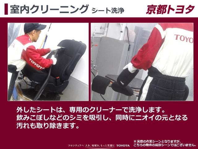 【室内クリーニング シート洗浄】外したシートは、専用のクリーナーで洗浄します。飲みこぼしなどのシミを吸引し、同時にニオイの元となる汚れも取り除きます。
