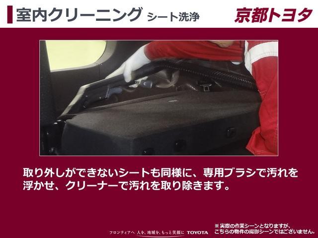 【室内クリーニング シート洗浄】取り外しができないシートも同様に、専用ブラシで汚れを浮かせ、クリーナーで汚れを取り除きます。