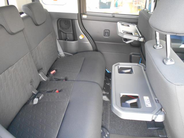 シートバックテーブル〈ショッピングフック・ボトルホルダー2個付き〉が運転席と助手席に装備されています。