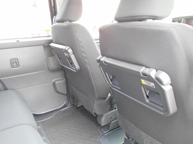 シートバックテーブル=ショッピングフック・ボトルホルダー2個付き=運転席・助手席両方についております。