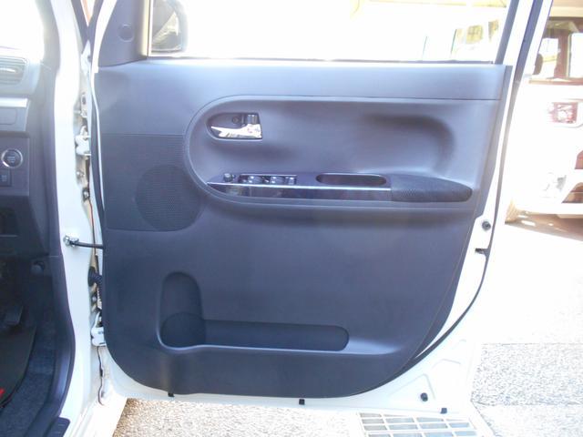 運転席のドアの内装です。