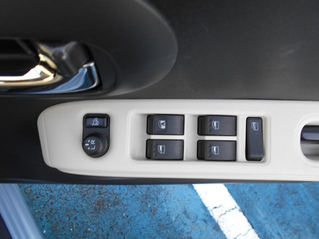 ボタンひとつで、ミラーの開閉ができます。すれ違いの時や、パーキングの時にこすりにくくなりますよ!!