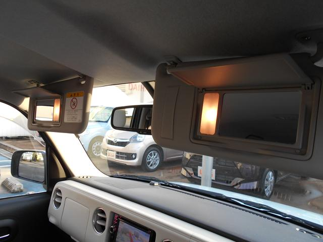男女を問わず、身だしなみは大切ですよね。運転席と助手席の両方にバニティミラー付きです。しかも!ライト付き!