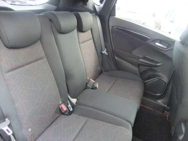 後部座席の方ものびのびくつろげるスペースとなっております。