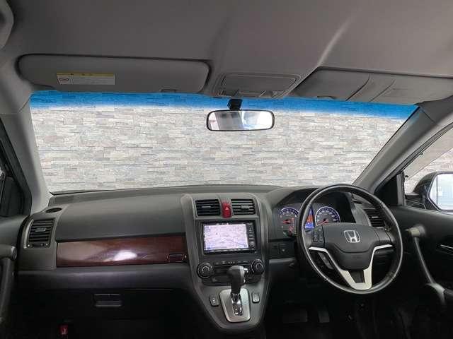 フロントウィンドウの上部はスモークになっており太陽光を抑えて運転に配慮されており大変便利ですね。