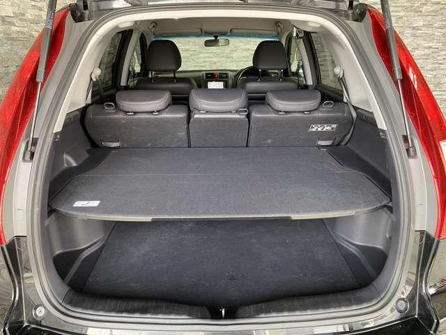荷室のセンターにはボードがついており、荷物を2段階で乗せられて収納スペースも多めに取れて便利です。