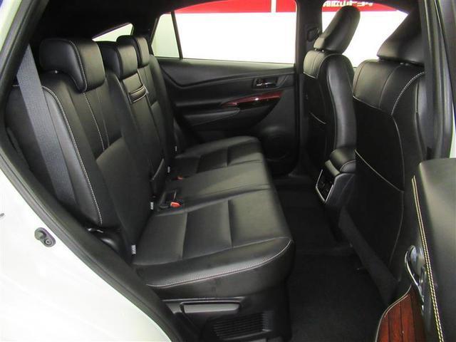 足元広々なリヤシートです。本革シートで座り心地や雰囲気も良く、快適にお過ごしいただけます