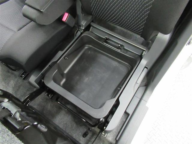 助手席の下にアンダートレイがあります。汚れ物はこちらに収納でき、プラスチック製なので取り外して水洗いもできます!