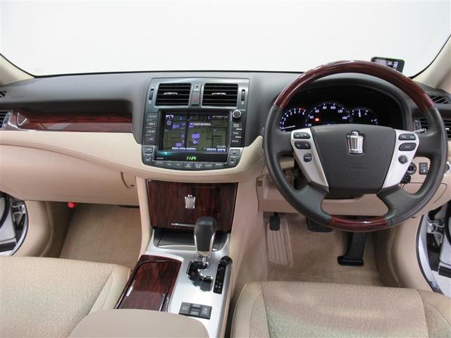 日本を代表する自動車「クラウン」は高級感ある内装です。しかもロイヤルシリーズは上品な雰囲気も加わり乗られる方を魅了します