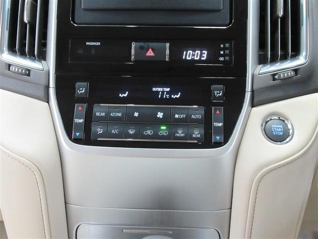 エアコンは温度設定のみ行えば面倒な操作が不要なフルオートエアコンです。しかも前席の左右で別々の温度設定が可能で快適な空間を作ってくれます
