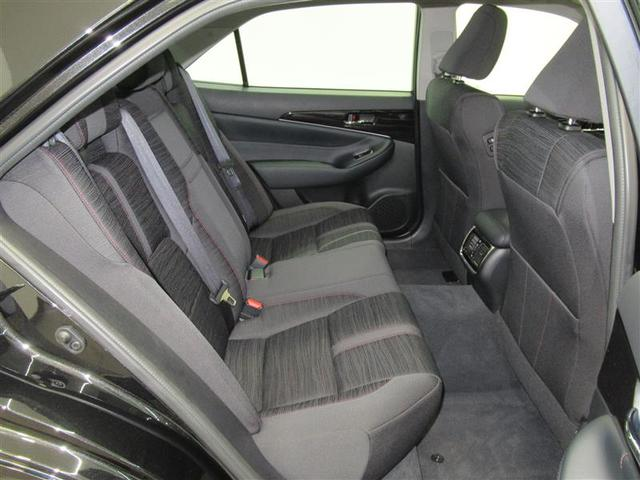 足元広々のリヤシートでサルーンの乗り心地をお楽しみ下さい。長時間ドライブもお寛ぎいただけます