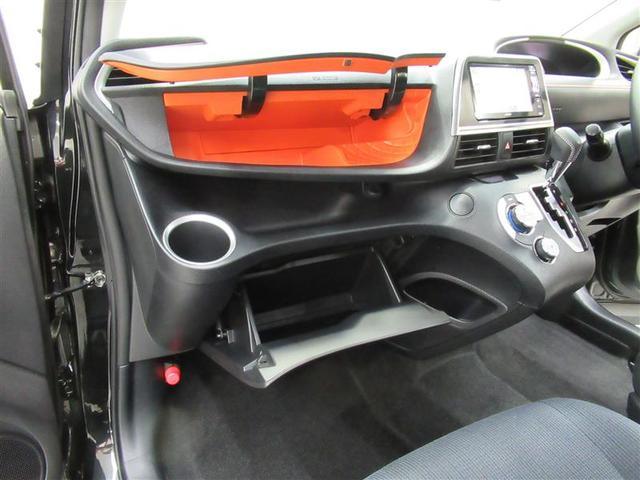 上下2カ所の収納スペースにカップホルダーも使いやすく配置!ドライブをより快適に!