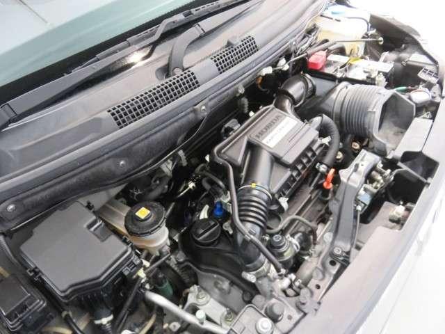 高性能ターボエンジン、DOHCエンジンに、高性能ターボチャージャーを加えたユニット。トルク性能に優れるうえ、2,600rpmの低回転で最大トルクを発揮し、優れた発進加速性能を実現。