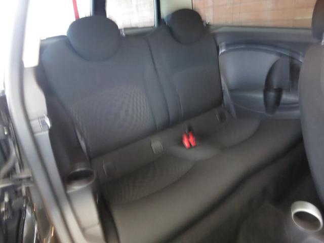 ★高い快適性を誇るキャビン。頭上高は余裕とまでは言えませんが足元は広くリヤシートでもゆったりとくつろげる内装です★SRSフロントエアバッグ&サイドエアバッグ(前席)が装備で安全機能も充実されています。
