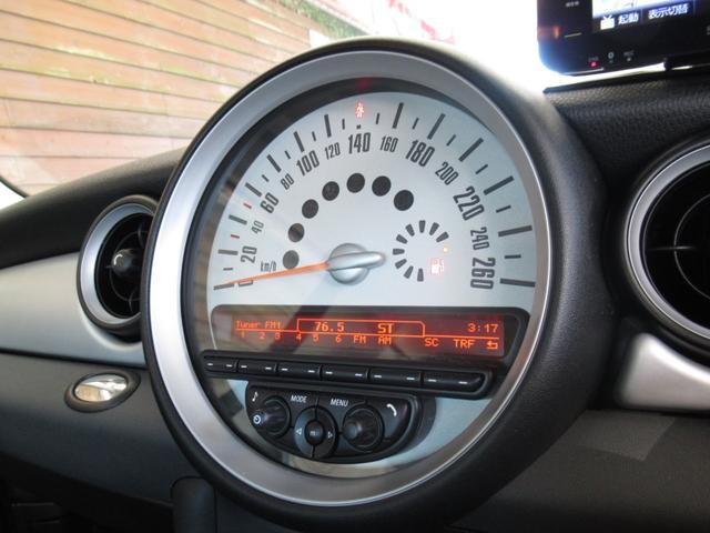 ■260Km表示のスピードメーターは飾りではありません。DOHC1600ccエンジンとシフトレバ-をマニュアルモ-ドにしてミニ独特の走りを体感してください。■メーター下部にはオーディオ表示がなされます