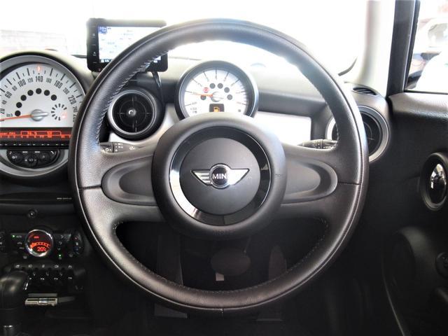 ■『マルチインフォメーションディスプレイ』視認しやすいスポーティなホワイトメーター内には、時刻・平均燃費・走行距離・外気温度など表示しドライバーをサポート致します。純正オーディオ、CDプレーヤーも装備