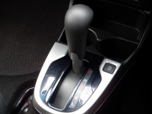 運転姿勢から操作しやすい位置にシフトレバーが設置されております☆ドリングホルダーも取りやすい位置に設置されております!!