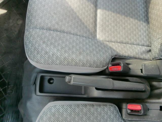 運転席のサイドに便利な小物入れ。