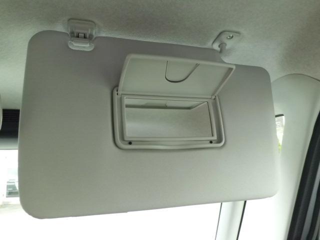 サンバイザー裏には鏡が付いていてお化粧直しにも大活躍します。もちろん運転席と助手席側にもついています。