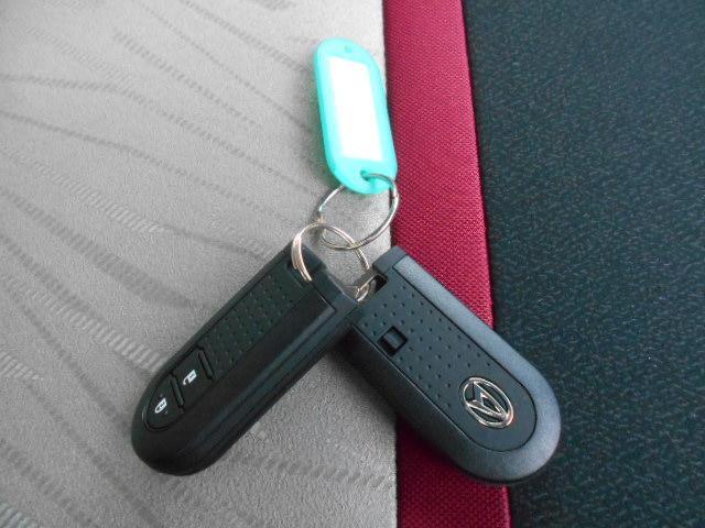 電子カードキーを携帯していれば、ドアハンドルやバックドアのスイッチを押すだけで施錠・解錠が行えるので、荷物の多い時などとても便利です♪