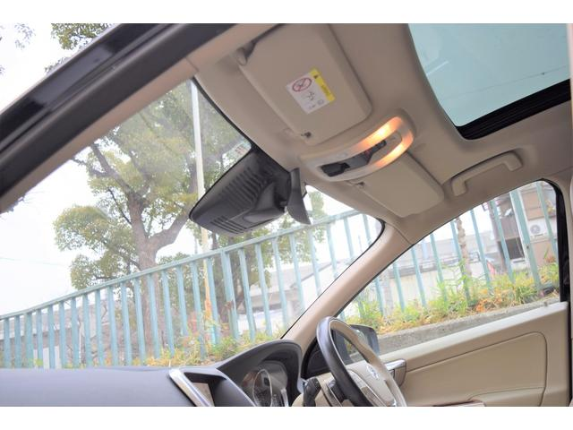 サンルーフ付きです。車内の開放感は良いです。お子様やご家族にも人気の装備ですよ
