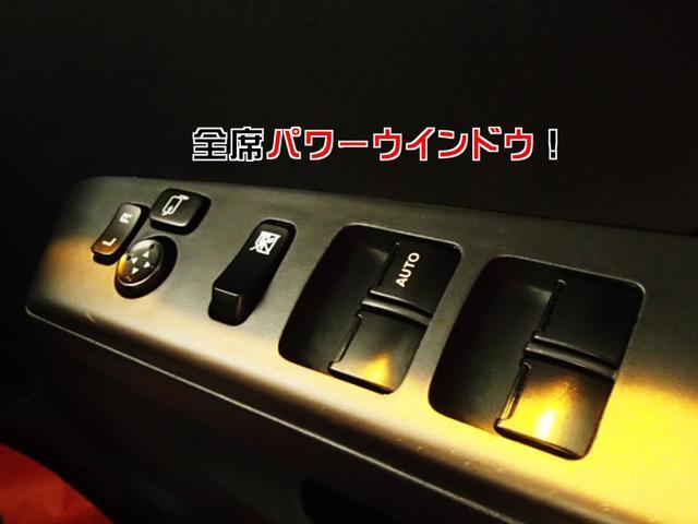 電動格納&電動調整ミラー。狭いところに駐車するときはミラーをしまえば安心♪全席パワーウインドウです。