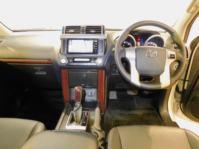 運転席周りはドライバーの使い勝手を考慮したレイアウトになっています♪またナビゲーションも綺麗に装着されています!