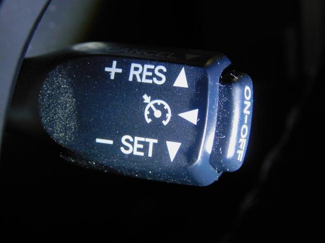 こちらが便利な装備のクルーズコントロールで、高速道路等で設定内の速度をセットして頂きますと、アクセルペダルを踏む事なく走行してくれる優れものなんです♪長距離ドライブでは疲れも半減するのでは(^^♪