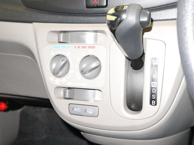 マニュアルエアコン付きで車内は快適です。