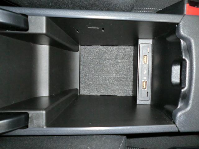 ☆フロントセンターアームレストの下には嬉しい大きめの収納スペースが装備されていますよ^^ ☆MEDIA-IN USB接続可能^^