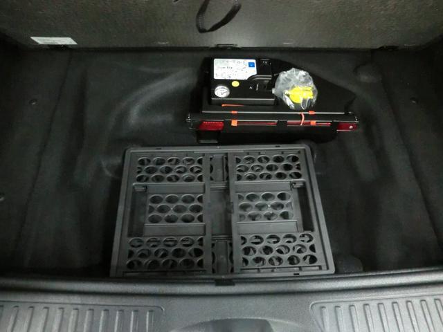 ☆トランクスペースの下には嬉しい収納スペースともしもの時の純正工具が装備されていますよ^^