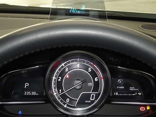 中央の大型円形メーターと左右のウイング状のデジタルディスプレイで構成されたメーターデザイン、走行情報を重要性、頻度等を整理しひと目で理解しやすいメーター。