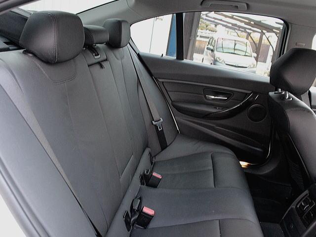 広くとられたリアシート空間、固めのシートは長距離でも楽にお乗りいただけます