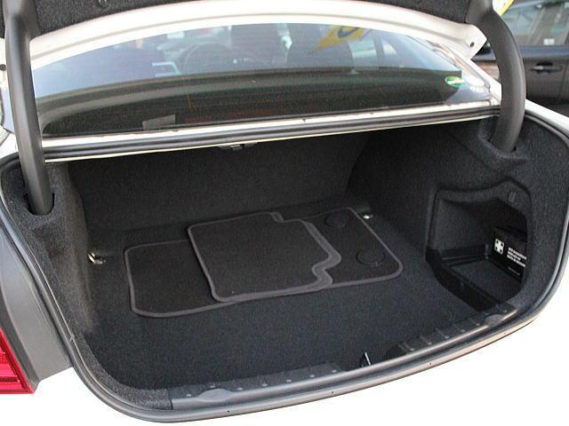 F30のトランクは広いです。さらにレバーを引くとリアシートが倒れ室内とつながり大きな荷物も楽々収納