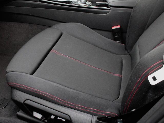 左右シートはオットマン内蔵で快適ポジションに。