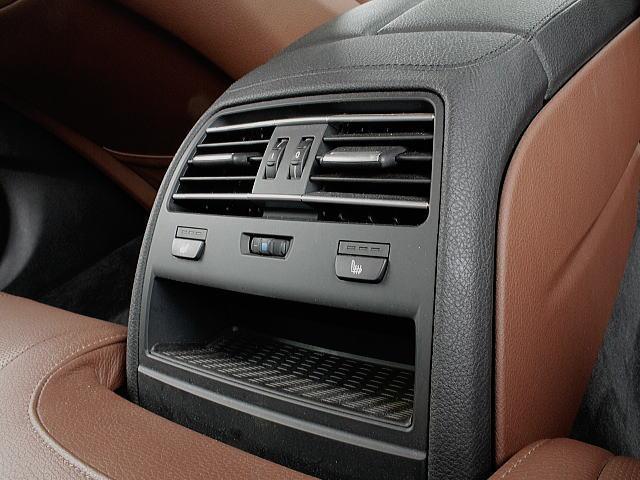 ラグジュアリーモデルにはリアシートにもヒーターが。