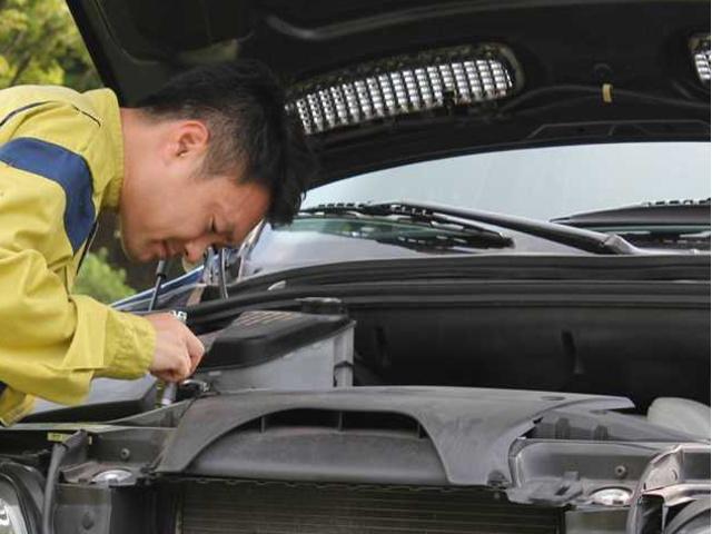 商品車入庫時の車両検査協会JAAA検査員の査定検査です、事故歴、車両状態のチェックが実施されます
