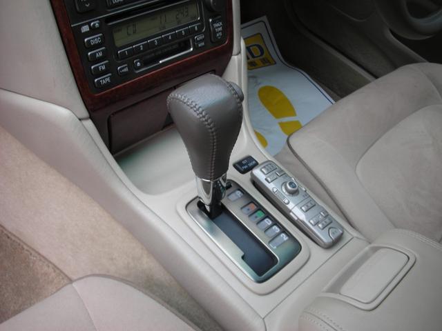 どなたでも運転楽々のフロア(5速)AT車です。