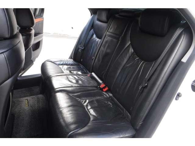 後席も革シートの状態もコンディションはバッチリですし、広々ゆったり!当店オススメのお車です!