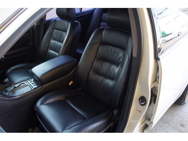 助手席詳細。黒々としたレザーシートにはスレや切れ、破れなどなくとても綺麗!質感も柔らかく、革本来の座り心地を味わえます。