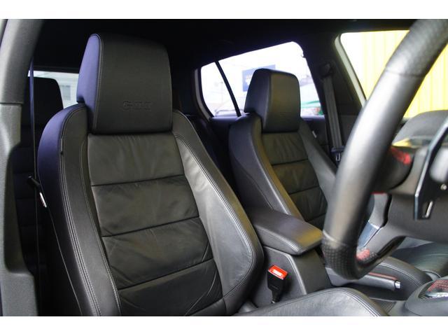 運転席シート詳細。シートに汚れやスレ、破れや型崩れなく綺麗でシッカリと体をサポートしてくれます。シートヒーター付きで冬も快適です。