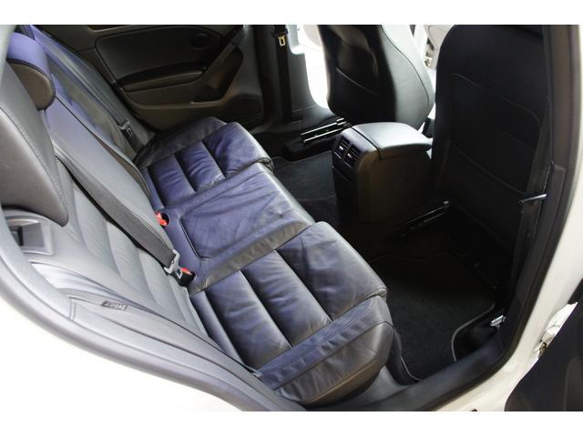 リアシートは決して広いと言えませんが、フロントシート位置次第で大人でも窮屈に感じないスペースが確保されております。また、目立つ汚れやスレなく非常に美しい状態を保っております。