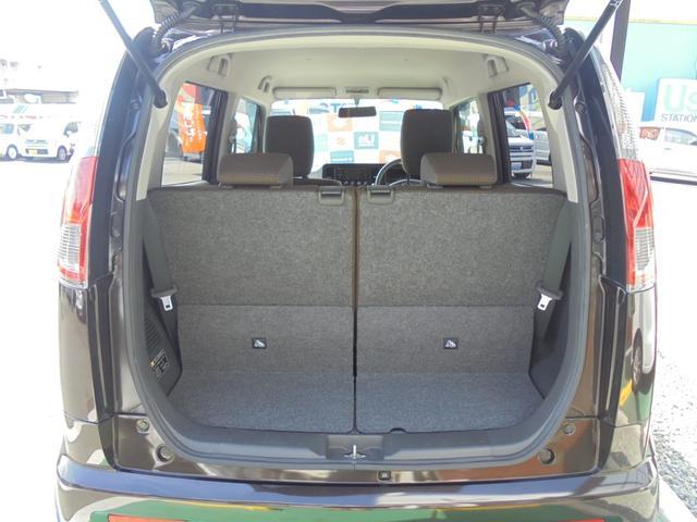 後席を倒せば大きな荷物もたくさん積めます(*^_^*)左右分割可倒式です。