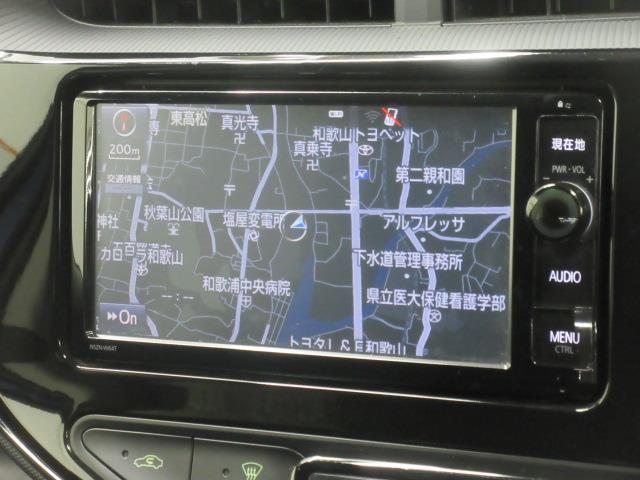 トヨタ純正ナビゲーション(NSZN-W64T)。フルセグテレビ、CD/DVD再生機能も付いています。