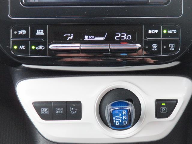 スタイリッシュにまとまったコントロールパネル。操作も楽々♪オートエアコンなので温度調節もおまかせ☆快適空間で会話も弾みます♪