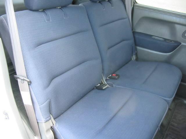 左右独立リクライニング機能付きリヤシートで広々快適です!凄く綺麗ですよ!