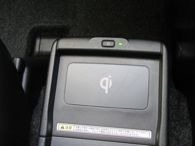 『おくだけ充電』ワイヤレス充電の規格Qi(チー)に対応したスマートフォンや携帯電話を充電エリアに置くだけで充電を行えます。