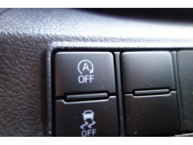 信号待ちや一時停止時に、エンジンのアイドリングを自動的にストップ。ブレーキペダルから足を離すだけで再始動します。アイドリングストップ状態でもオーディオやナビの使用が可能です。