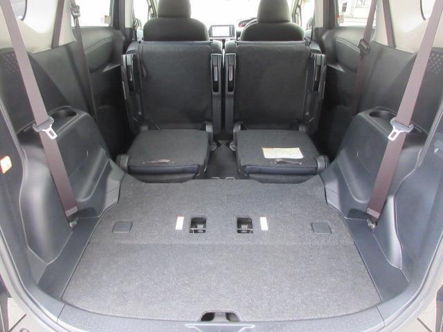 サードシートを格納し、セカンドシートも折りたためば、フラットで広いラゲージスペースの出来上がり
